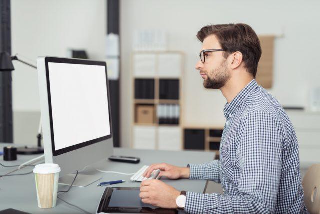 タブレットを使いながら仕事をする男性