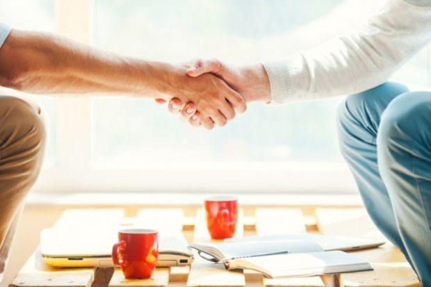 握手をする男性二人