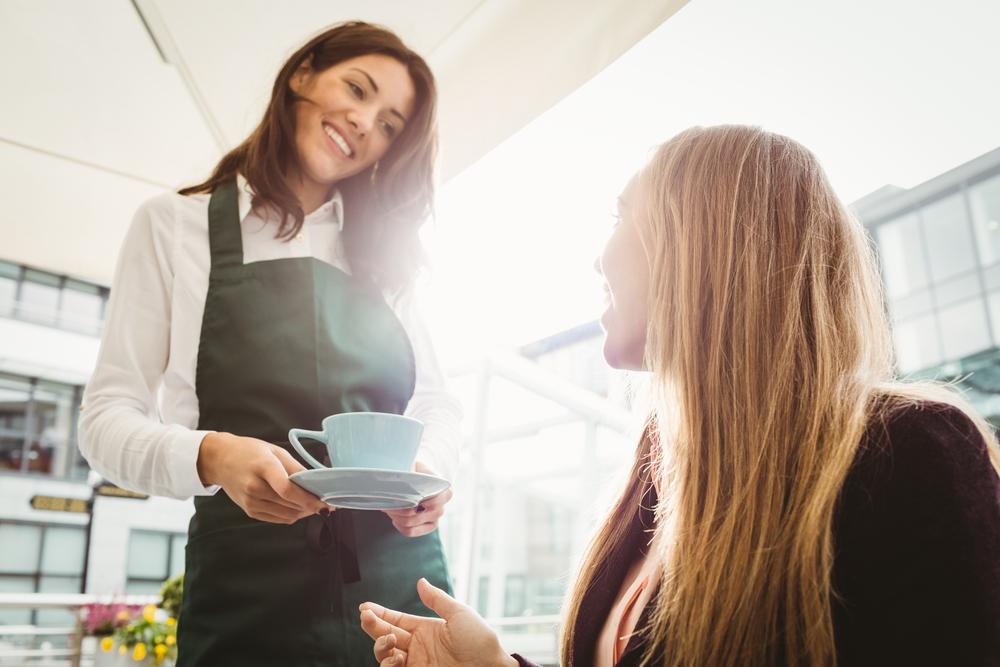 カフェで接客をする女性