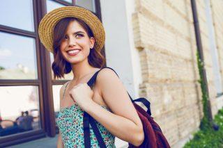 麦わら帽子をかぶった笑顔の若い女性