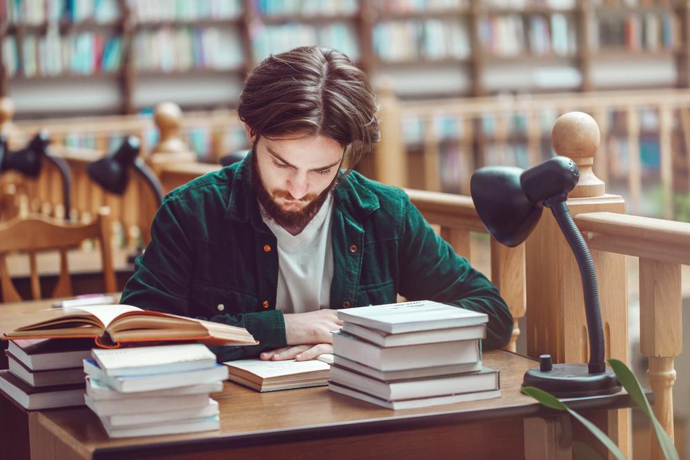 図書館で勉強する男性