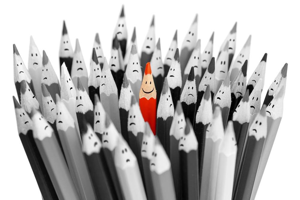白黒の鉛筆の中にある赤鉛筆