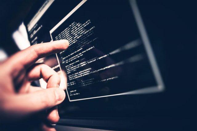 コードを確認するエンジニア