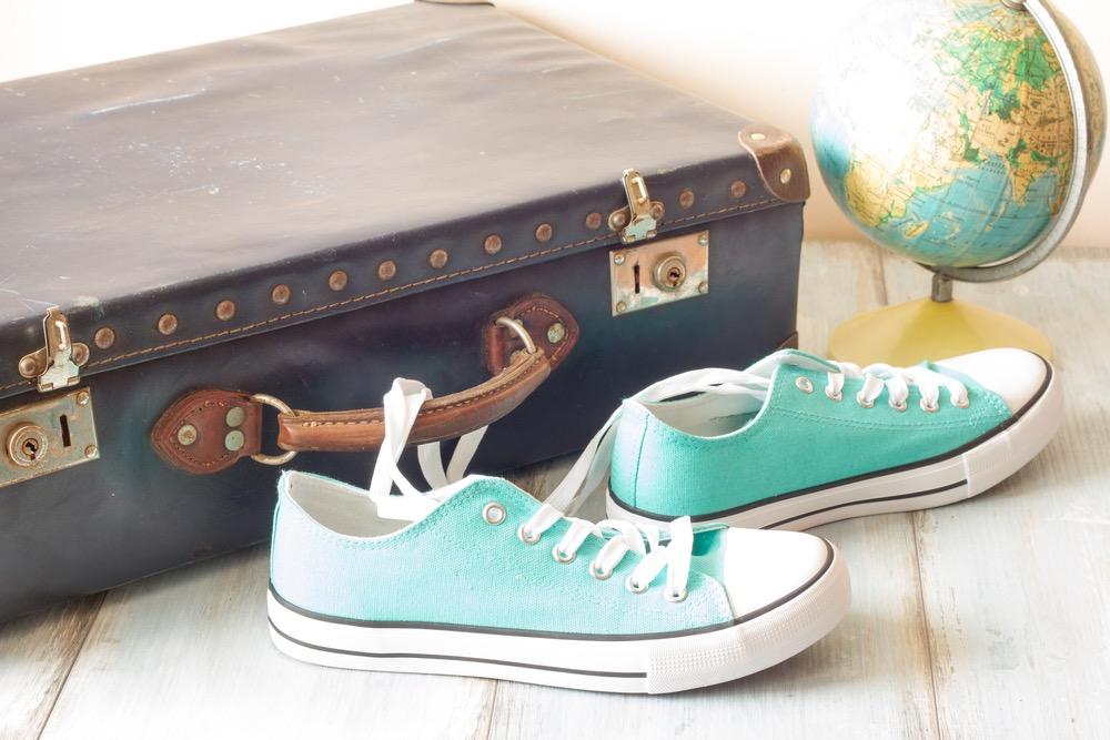 スーツケースと靴と地球儀