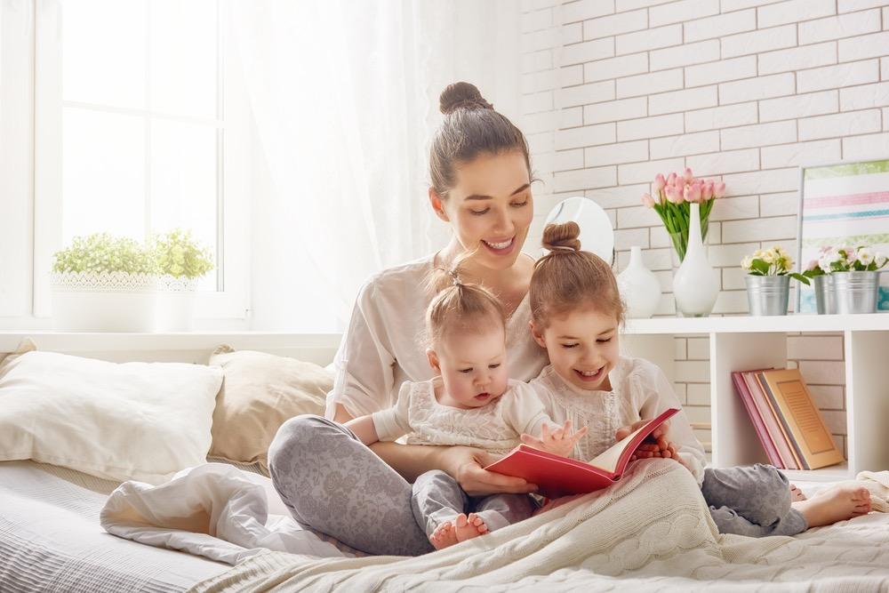 子供に絵本を読み聞かせる女性