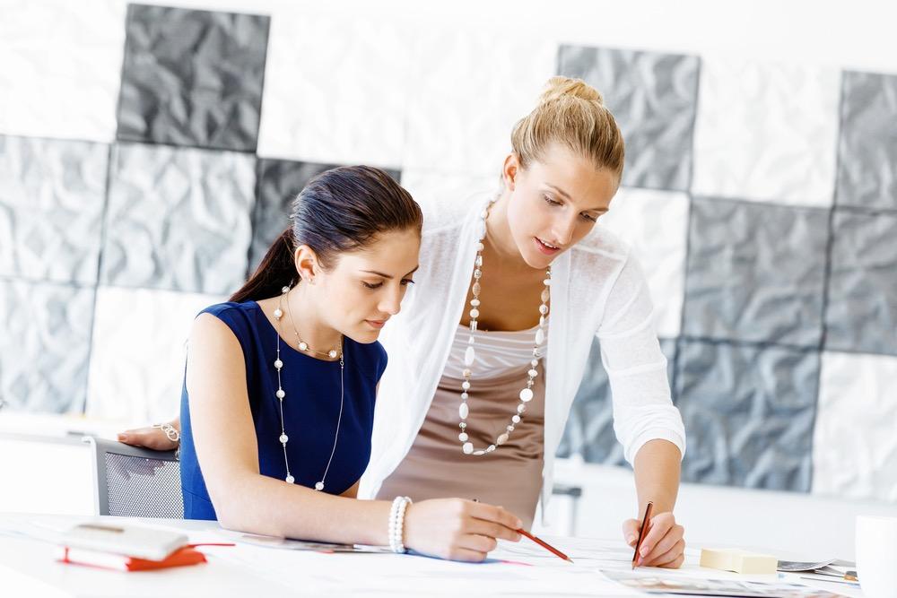 オフィスの中で仕事をする女性達