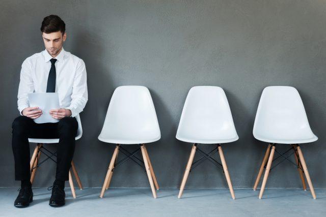 椅子に座って面接を待つ男性