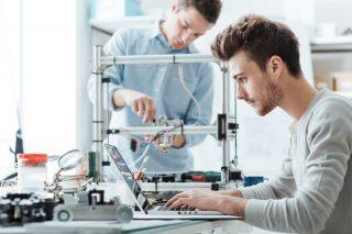 機械を組み立てるエンジニア達