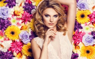 花に囲まれてポーズを取る美しい女性
