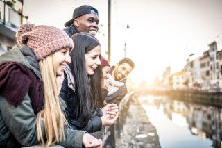 川辺に集まる笑顔の若者達