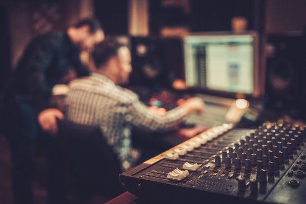 音楽を編集しているスタジオ