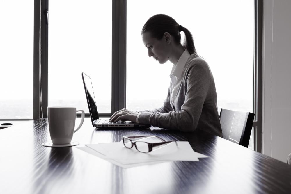 窓際で仕事をする女性