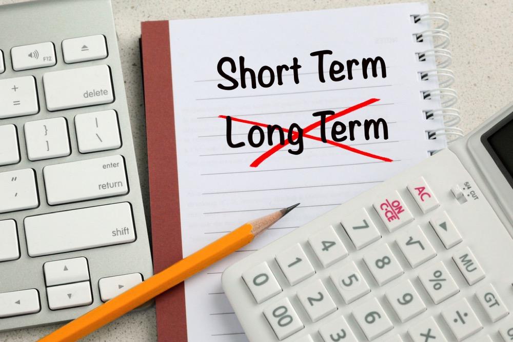 「Long Term」という文字に赤で斜線をして「Short Term」と書き直したメモ