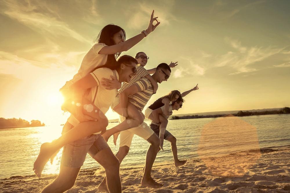 砂浜で遊ぶ男女のグループ