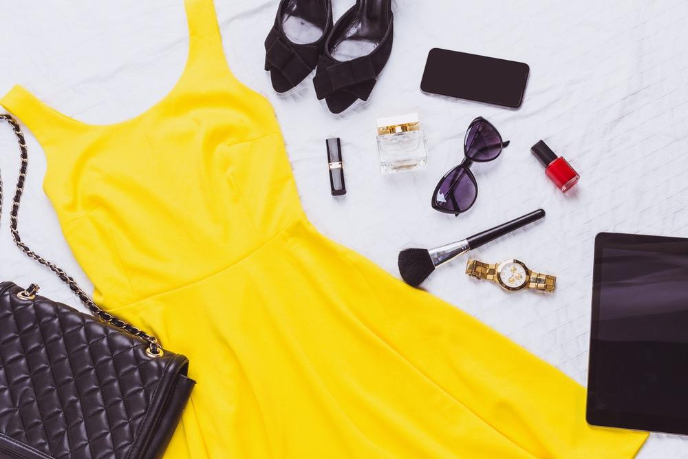 黄色いドレスとメイク道具やハイヒール