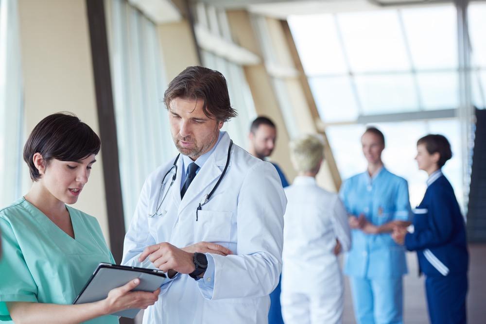 看護師と話をする医師