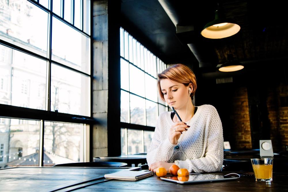 転職すべきかメモに書き出して考える女性