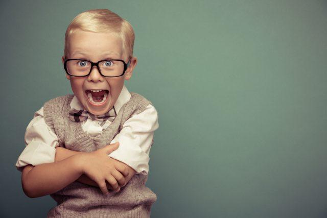 驚いた表情をするメガネをかけた少年
