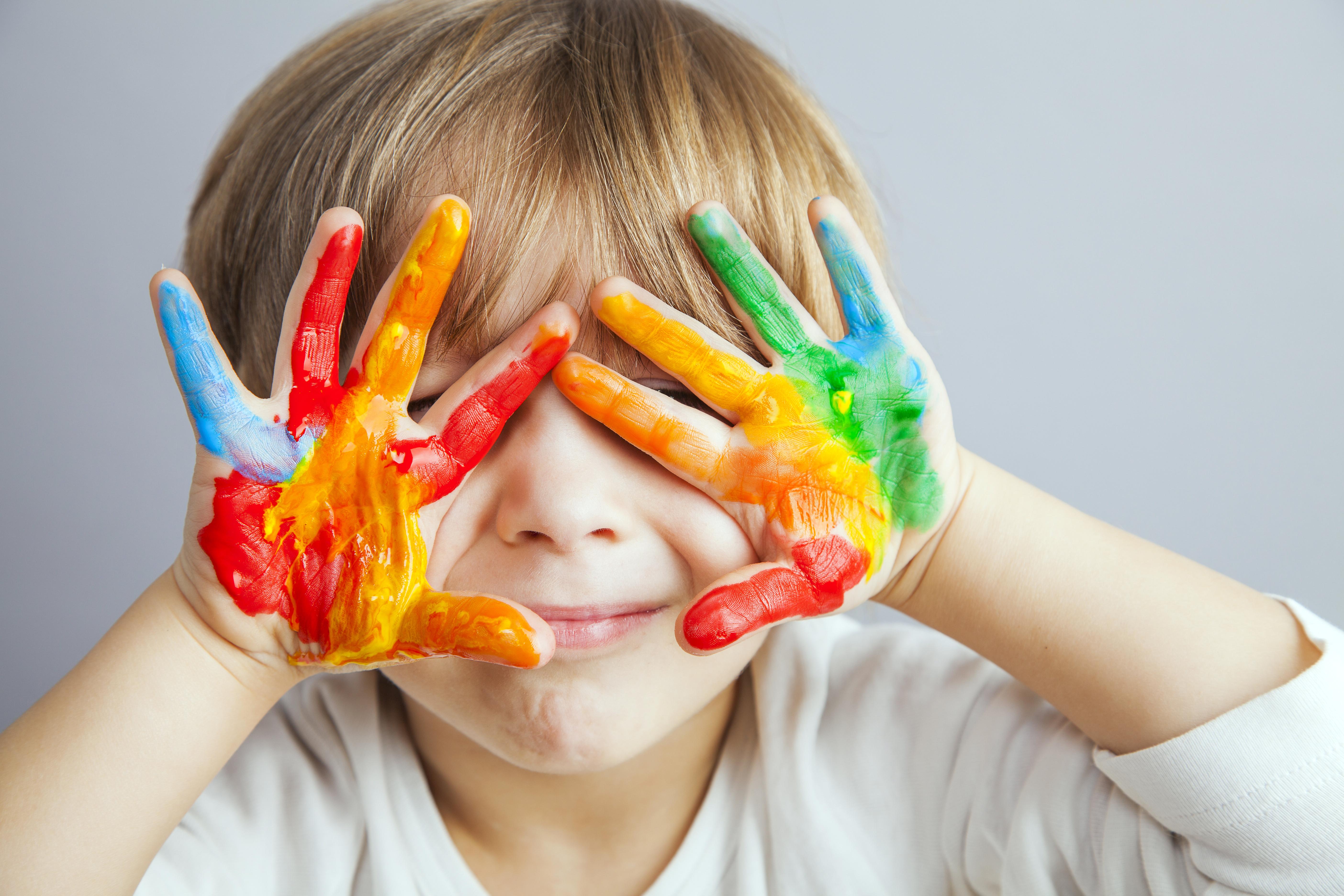 絵の具を使う子ども