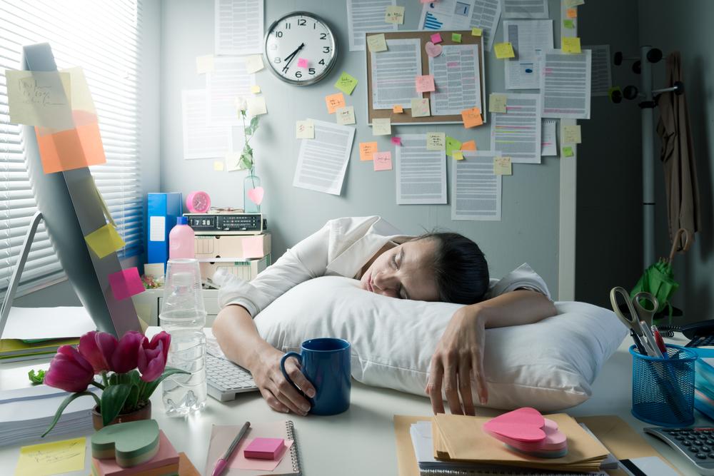 デスクで仮眠する過重労働の人