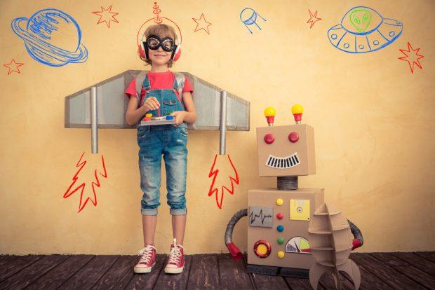 段ボール箱で作ったロボットと笑顔の少年