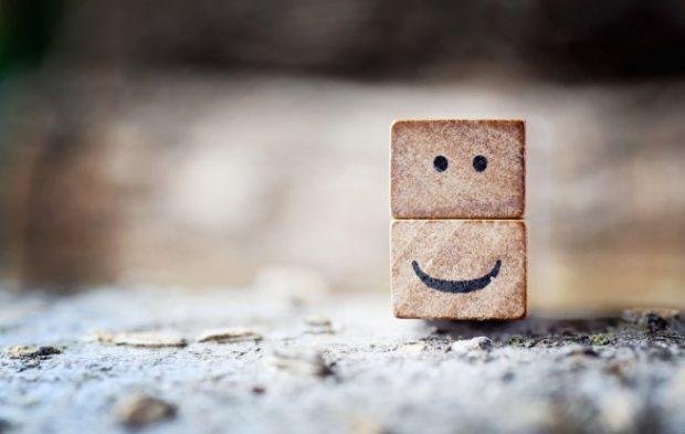 笑った顔が描かれた木片