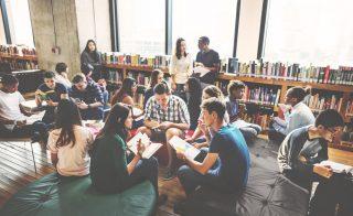 図書館で勉強する若者たち