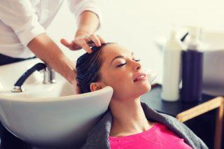 髪を洗う美容師