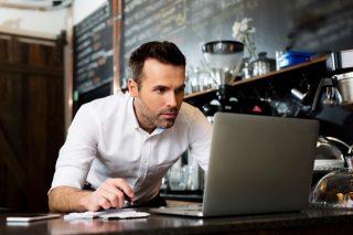 飲食店で働きながら勉強する男性