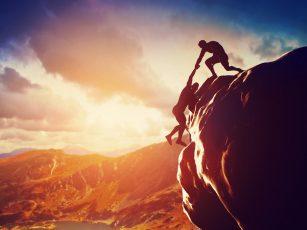 崖を登る男性二人