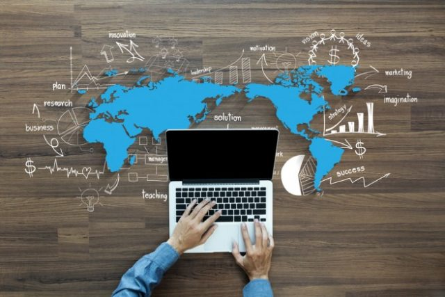 世界地図とノートパソコン