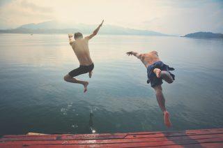 湖に飛び込む男性二人