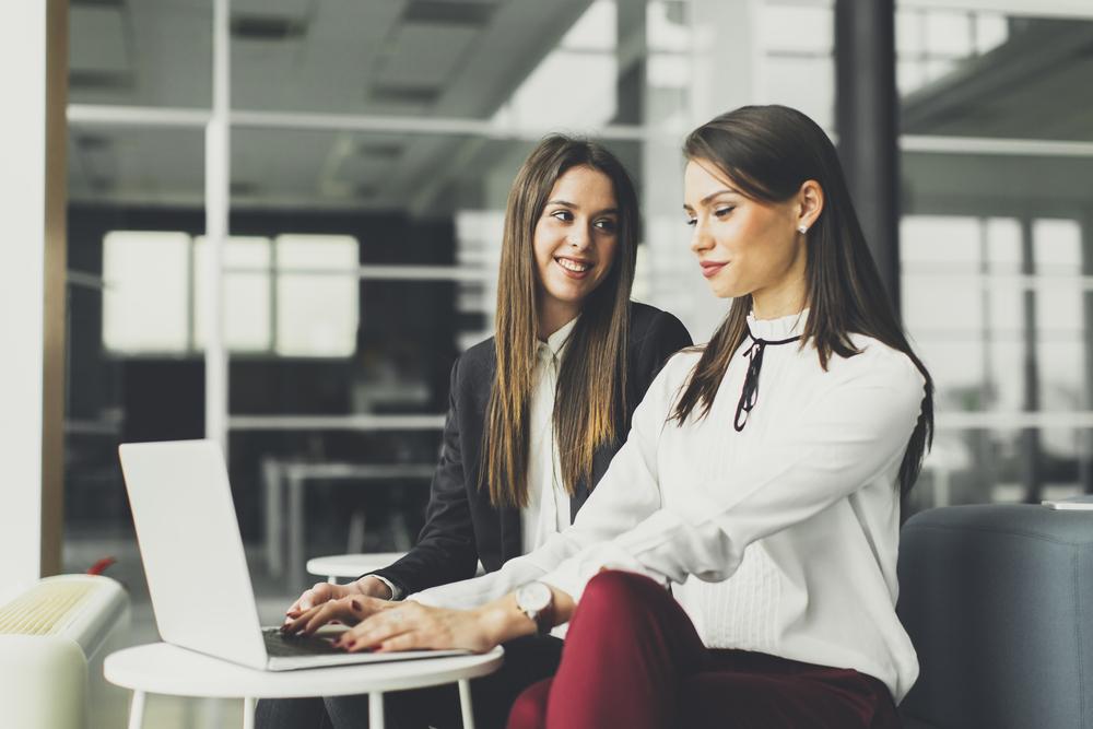 2人で一緒に仕事をする女性たち