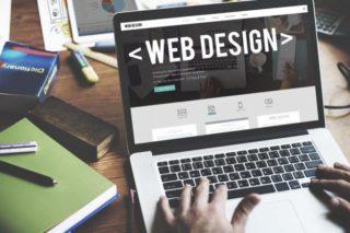 WEBデザインのサイトが表示されたノートパソコン