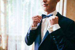 蝶ネクタイを整えるホテルマン