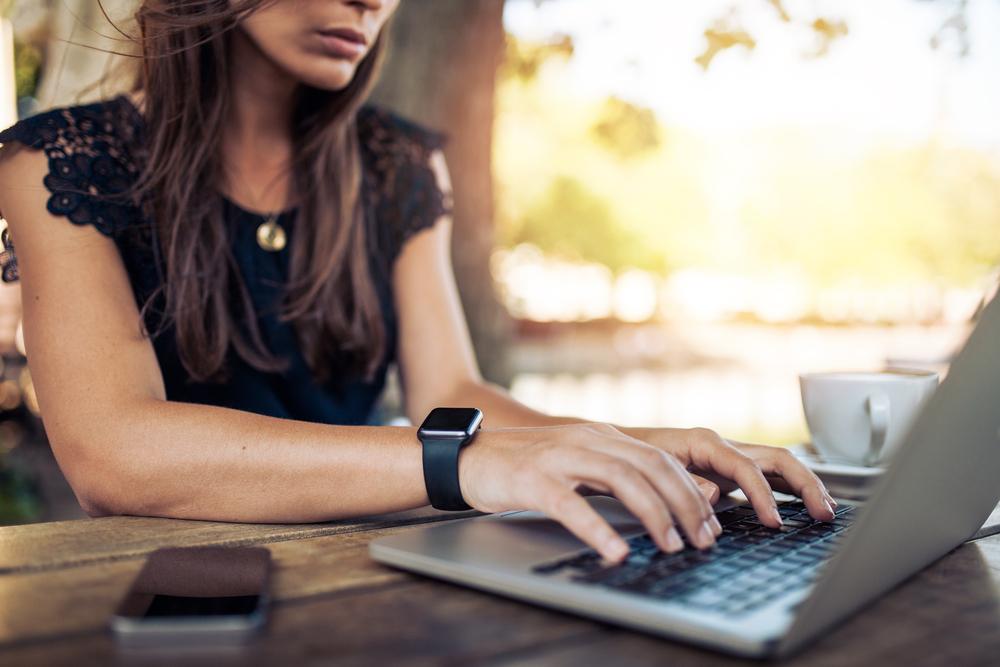 ノートパソコンを開いて仕事をする女性