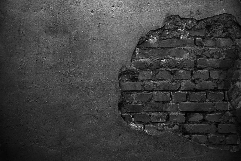 ボロボロの壁の白黒写真