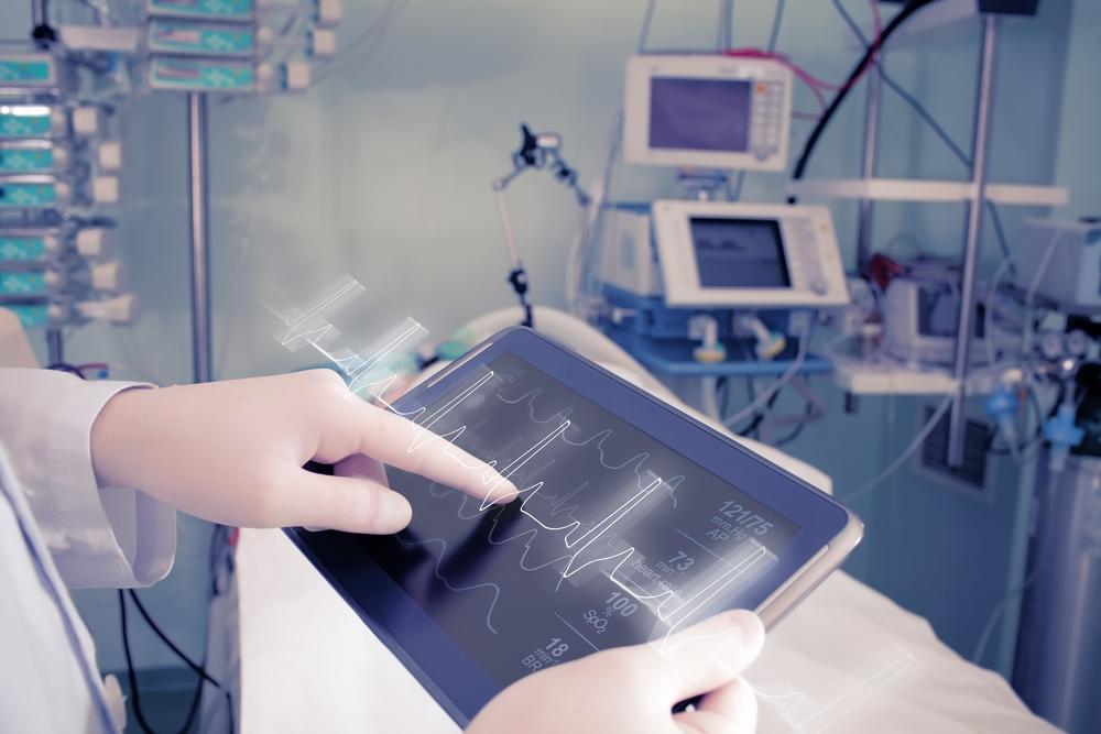 心電図を確認する医療従事者