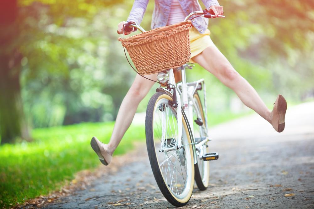自転車に乗って楽しそうに走る女性