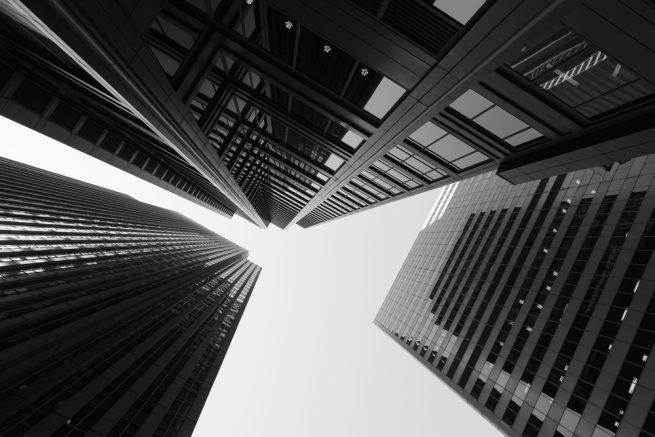 高層ビルの白黒写真