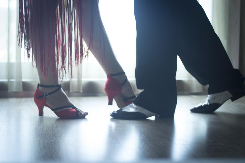 社交ダンスをする人の足元