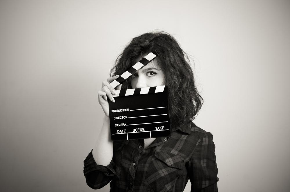 カチンコを持っている女性の白黒写真