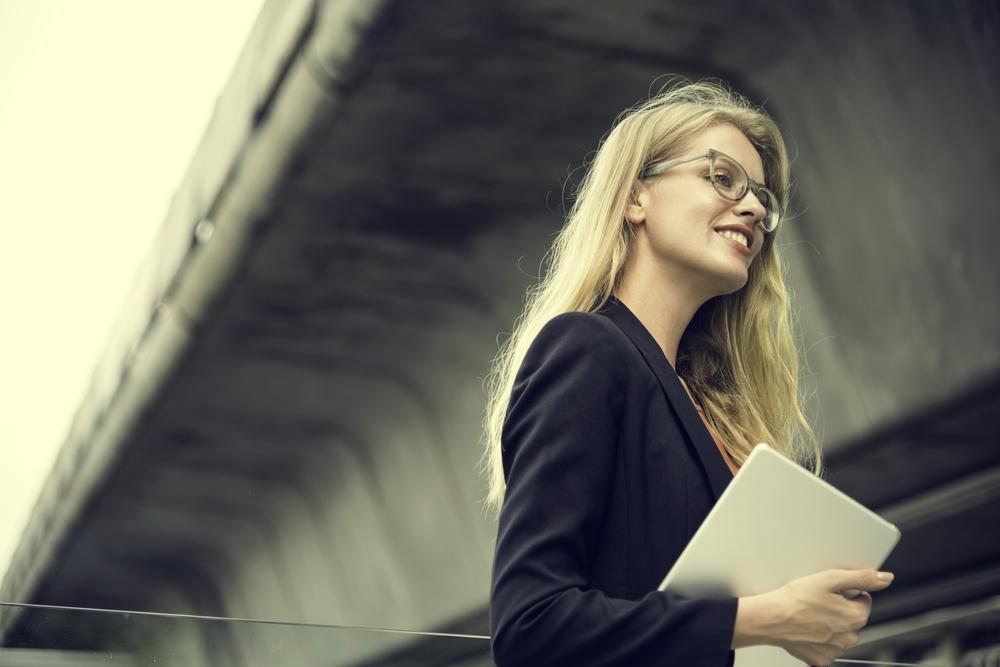 総合職として働くスーツ姿の女性