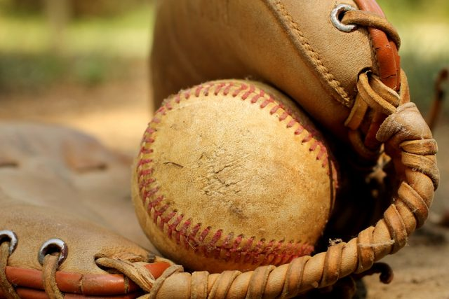古びた野球のボールとグローブ