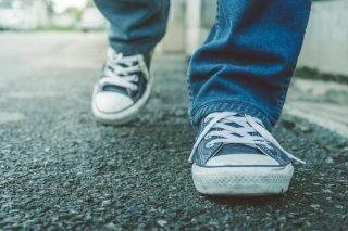 アスファルトの上を歩く人の足元