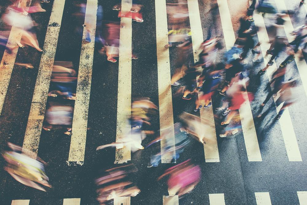 横断歩道を渡るたくさんの人々