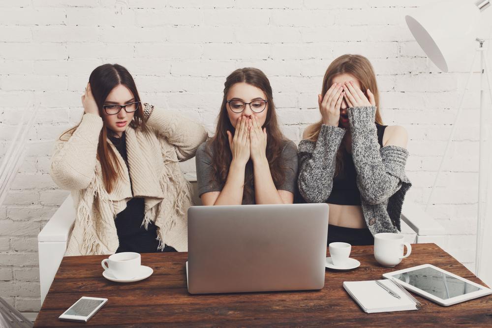 PCを見て驚いたりがっかりしたりする女性達