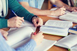 同じ机で一緒に勉強をする人達