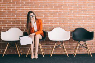 椅子に座って面接を待つ女性