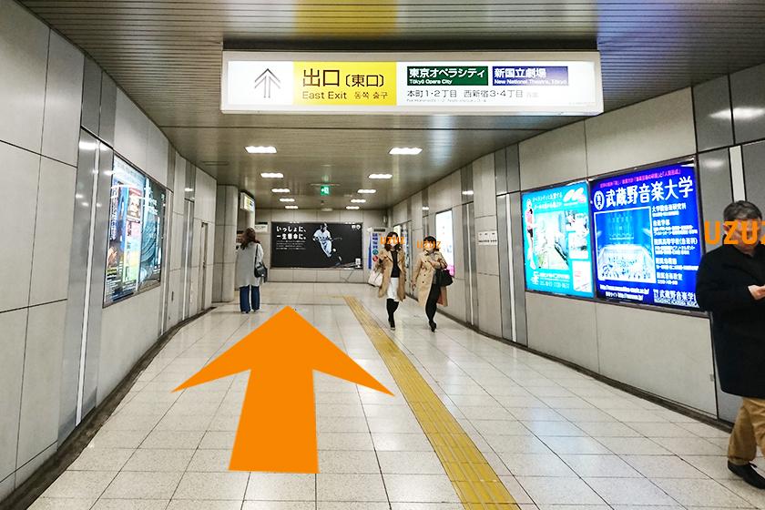 京王新線/都営新宿線「初台駅」の東口出口に向かう地下道